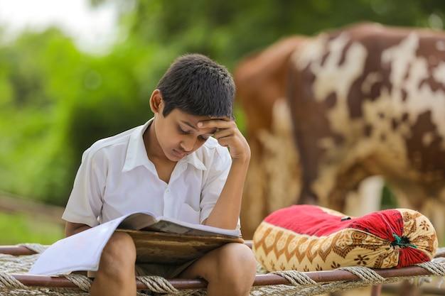 Leuk indisch kind dat thuis studeert