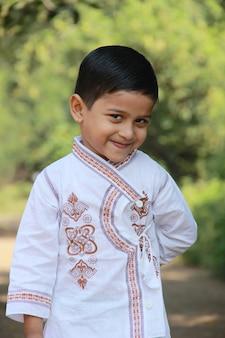 Leuk indisch kind dat uitdrukking toont