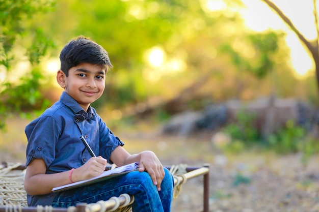Leuk indisch kind dat zijn thuiswerk thuis doet