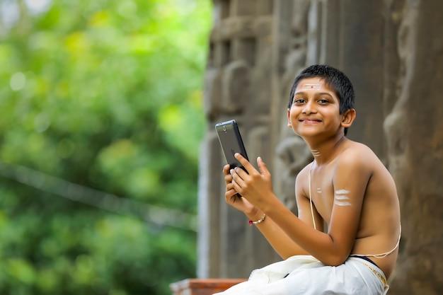Leuk indisch kind met tablet