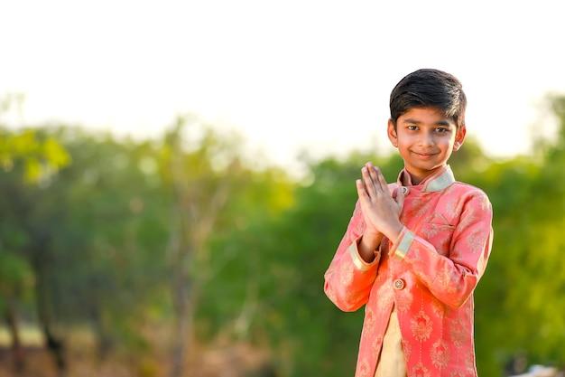 Leuk indisch kind op traditionele kleding