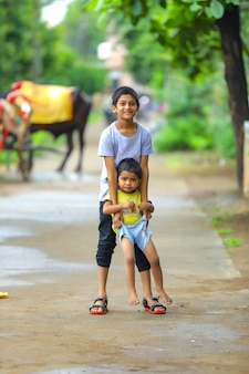 Leuk indisch klein kind dat op weg speelt