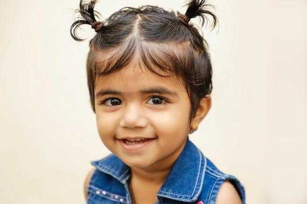 Leuk indisch meisjeskind dat leuke uitdrukking toont