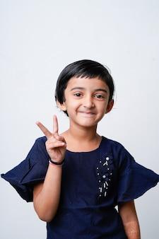 Leuk indisch meisjeskind dat uitdrukking toont