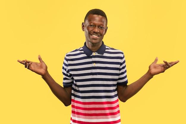 Leuk je te ontmoeten jonge afro-amerikaanse man geïsoleerd op gele studio achtergrond