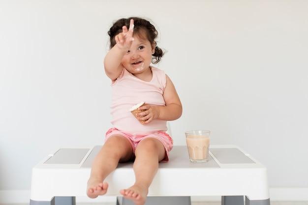 Leuk jong babymeisje met roomijs