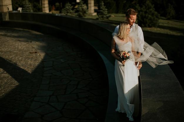 Leuk jong jonggehuwdepaar dat zich in het park bevindt