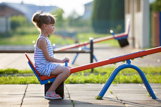 Leuk jong kindmeisje in openlucht op geschommelschommeling