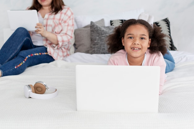 Leuk jong meisje gelukkig om thuis met moeder te zijn
