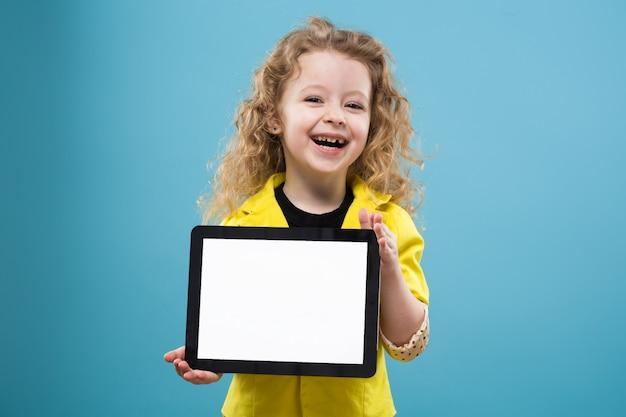 Leuk jong meisje met tablet