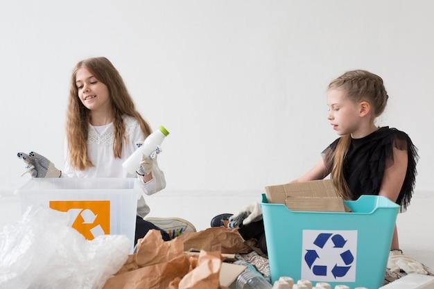 Leuk jong meisje samen recycling