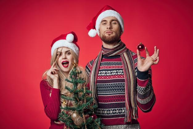 Leuk jong stel viert samen kerstmis rode achtergrond