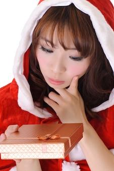 Leuk kerstmismeisje, het halve portret van de lengteclose-up op witte muur.