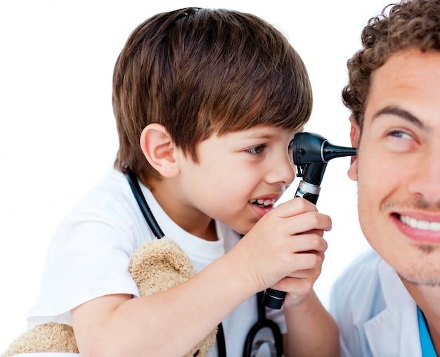 Leuk kind dat de oren van de arts controleert