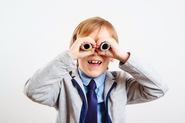 Leuk kind dat geld gebruikt als verrekijker.
