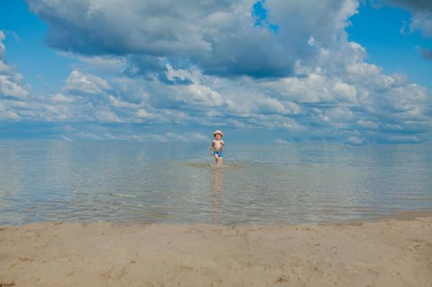 Leuk kind dat van overzeese golven op strand loopt