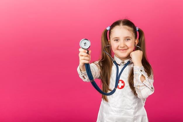 Leuk kind in artsenlaag met stethoscoop