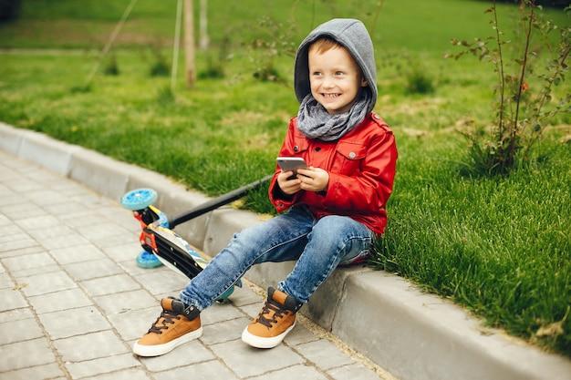 Leuk kind in park het spelen op een gras