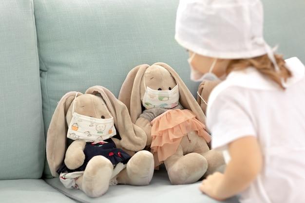 Leuk kind met medisch masker spelende arts