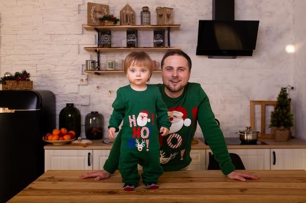 Leuk kind met vader in keuken thuis