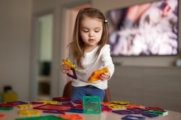 Leuk kind spelen met puzzels thuis