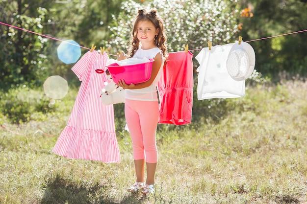 Leuk klein meisje witwassen