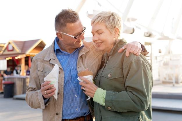 Leuk koppel van middelbare leeftijd met een date in een avonturenpark