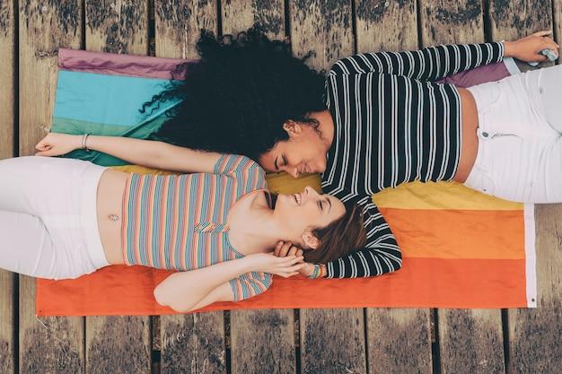 Leuk lesbisch paar dat samen op het tapijt ligt