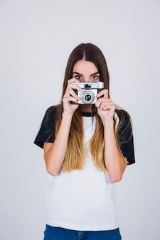Leuk meisje achter de camera wegkijken