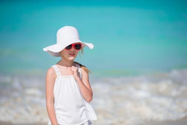 Leuk meisje bij strand tijdens caraïbische vakantie