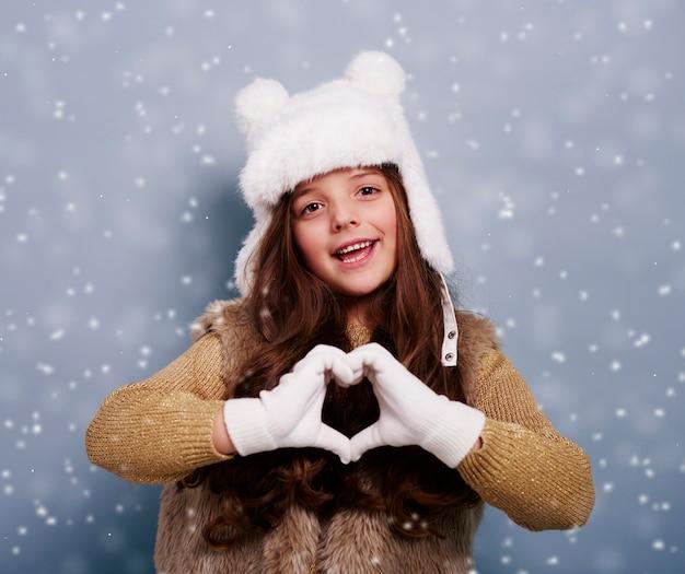 Leuk meisje dat hartvorm maakt door handen