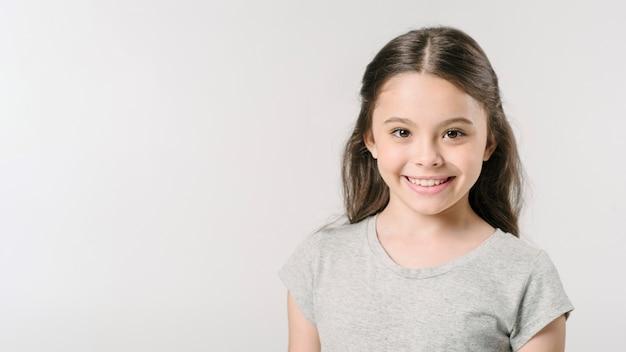 Leuk meisje dat in studio glimlacht