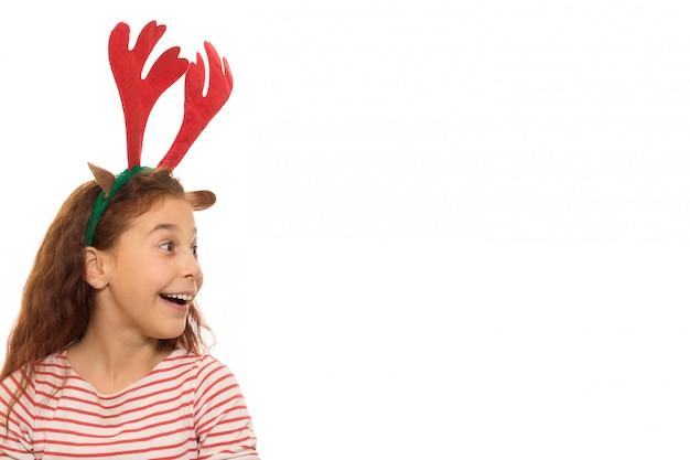 Leuk meisje dat kerstmisgeweitakken draagt