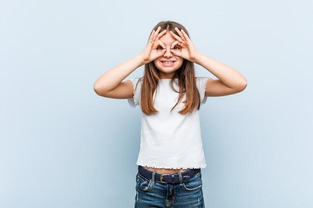 Leuk meisje dat ok teken over ogen toont
