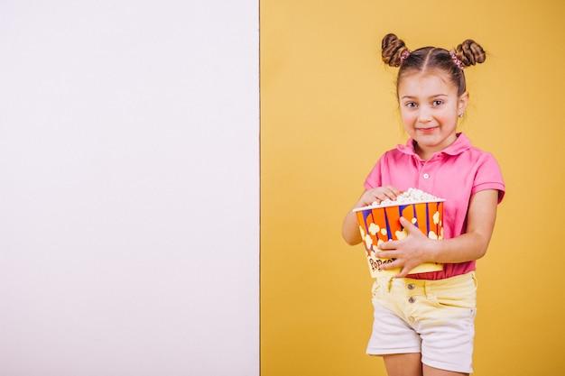 Leuk meisje dat popcorn eet