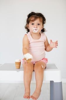 Leuk meisje dat roomijs eet