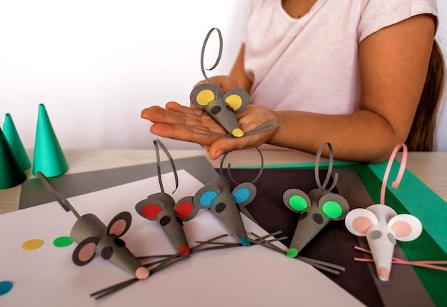 Leuk meisje dat vervaardigde muizen met gekleurd document maakt