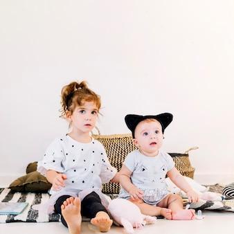 Leuk meisje en baby in hoofdband