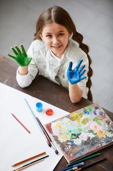Leuk meisje genieten van schilderen