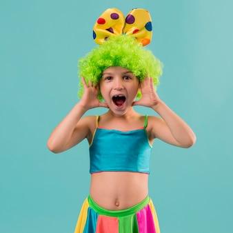 Leuk meisje in clownkostuum