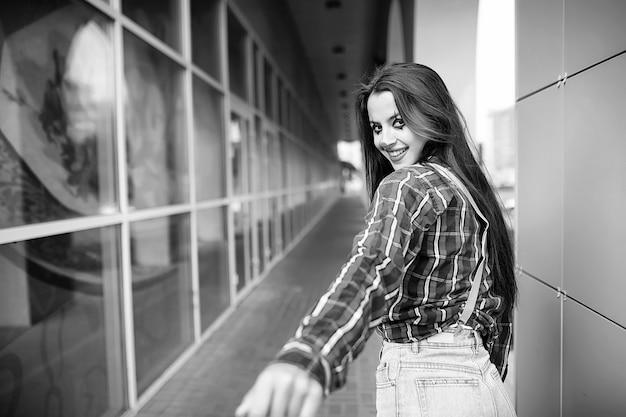 Leuk meisje in een clownmake-up op een zwart-witte foto als achtergrond