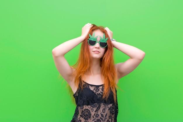 Leuk meisje in grappige zonnebril
