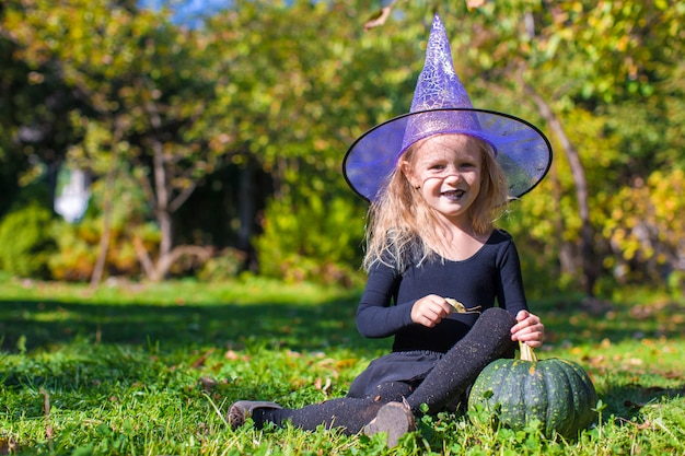 Leuk meisje in halloween welk kostuum pret heeft openlucht