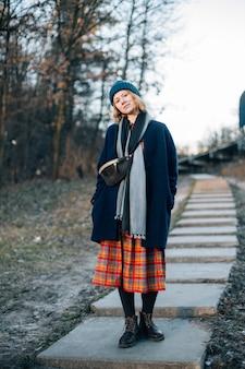 Leuk meisje in hipster kijken buiten in bos