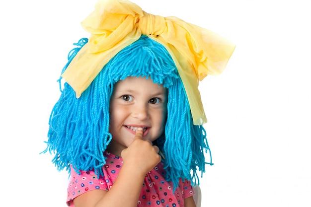 Leuk meisje in kostuum met blauw haar, dat over wit wordt geïsoleerd