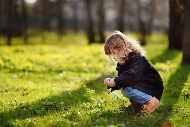 Leuk meisje in openlucht portret in de lente zonnige dag