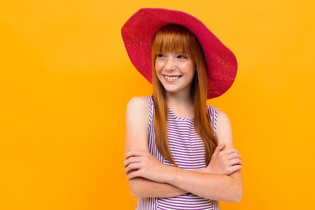 Leuk meisje in rood panama op een gele banner
