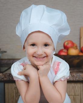 Leuk meisje koken in de keuken