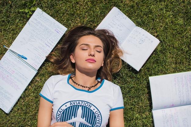 Leuk meisje liggend op gras