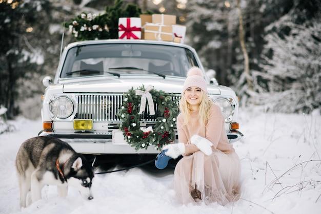 Leuk meisje maakt zich klaar voor kerstmis